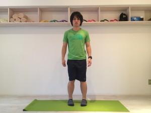 膝の内側の痛みの原因として、日常生活においてX脚のように立ち姿勢が内股になってしまっていることが考えられる。X脚のように立ち姿勢が内股になってしまっている姿勢の例の画像。