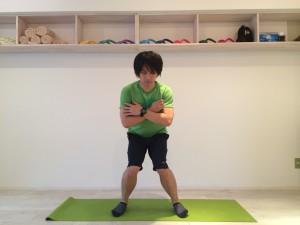 膝の内側の痛みの原因として、日常生活においてスクワット系のしゃがむ・立つといった動作のときに、膝が内側の方向に向いていることが多いということが考えられる。スクワット系のしゃがむ・立つといった動作のときに、膝が内側の方向に向いている姿勢の例の画像。