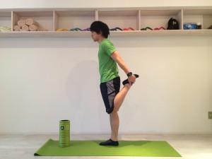 膝の痛みを改善する為外側広筋のストレッチを行なう。外側広筋のストレッチは大腿四頭筋の一般的なストレッチを少し変えたものなので、まずは大腿四頭筋の一般的なストレッチを行なう。大腿四頭筋の一般的なストレッチを横から見た時の画像。
