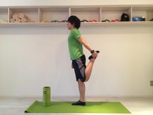 膝の痛みを改善する為外側広筋のストレッチを行なう。外側広筋のストレッチは大腿四頭筋の一般的なストレッチを少し変えたものなので、まずは大腿四頭筋の一般的なストレッチを行なう。大腿四頭筋の一般的なストレッチは腰が反らないように行なうが、腰が反ってしまった時の姿勢を横から見た時の画像。