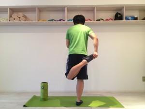 膝の痛みを改善する為外側広筋のストレッチを行なう。外側広筋のストレッチを後ろから見た時の画像。