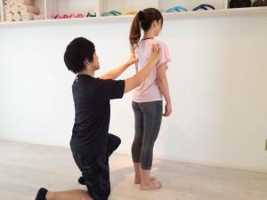 はじめてのパーソナルトレーニングで姿勢の評価をしている画像