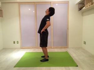 反り腰の人の後屈の画像