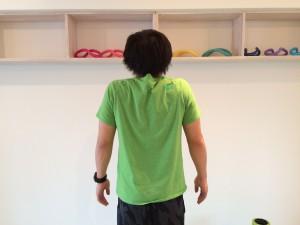 肩こり解消の為の僧帽筋のトレーニングの最終ポジションで脇が開いてしまったときの例。