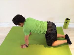 肩こり解消の為の広背筋のストレッチスタートポジションを少し上から見た画像