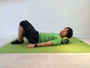 肩こり解消の為の首の筋膜リリースのスタートポジションの画像。