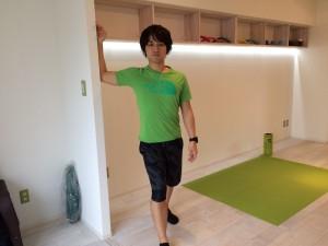 肩こり解消の為の大胸筋のストレッチのスタートポジションの画像。