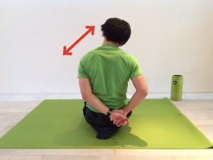 肩こり解消の為の僧帽筋のストレッチで実際に筋肉を伸ばしている画像。