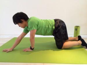 肩こり解消の為の広背筋のストレッチで片手を前に出した画像。