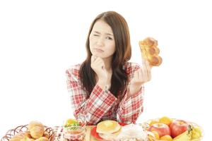太る原因を考えている画像