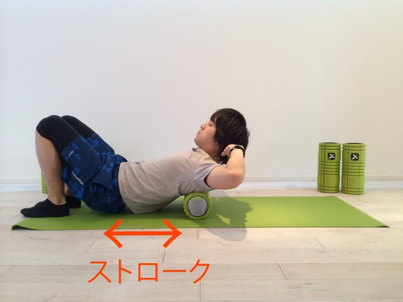 上背部の筋膜リリースの動作をしている画像
