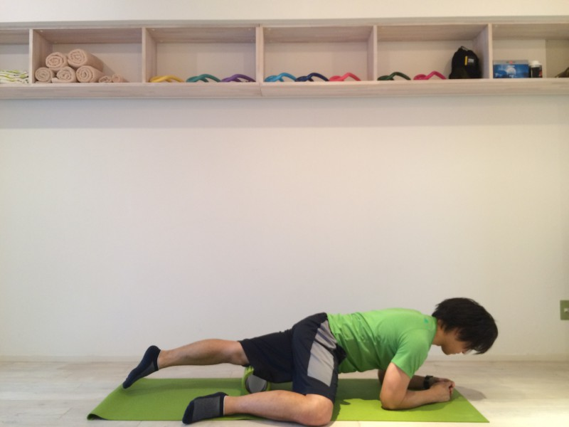 膝の痛みを改善する為外側広筋の筋膜リリースを行なう。外側広筋の筋膜リリースのスタートポジションの画像。