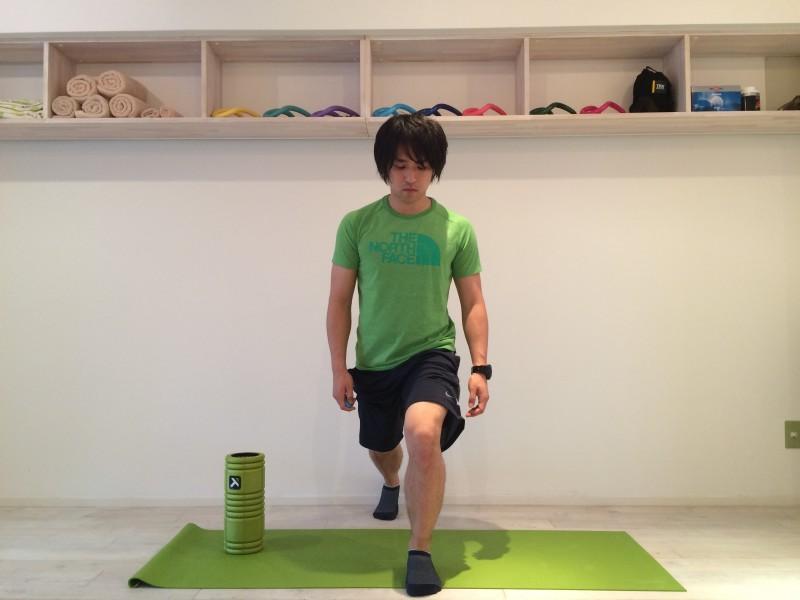 膝の内側の痛みの原因として、日常生活において階段の上り下りで膝が内側の方向に向いていることが多いということが考えられる。階段の上り下りで膝が内側の方向に向かずに、正しい方向を向いている姿勢の例の画像。