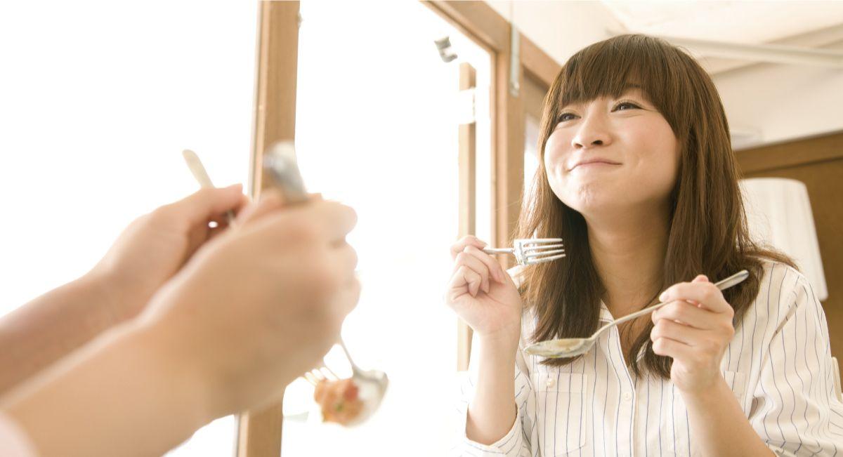 ガツガツと早食いをする女性の画像