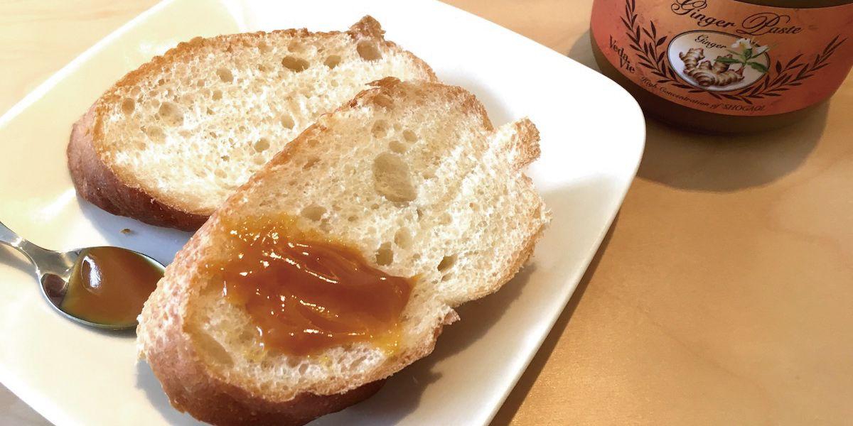 ジンジャーペーストを塗ったパンの画像