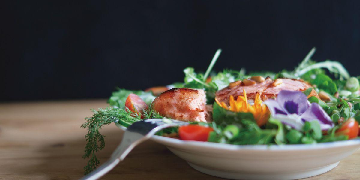 野菜が豊富な昼食の画像