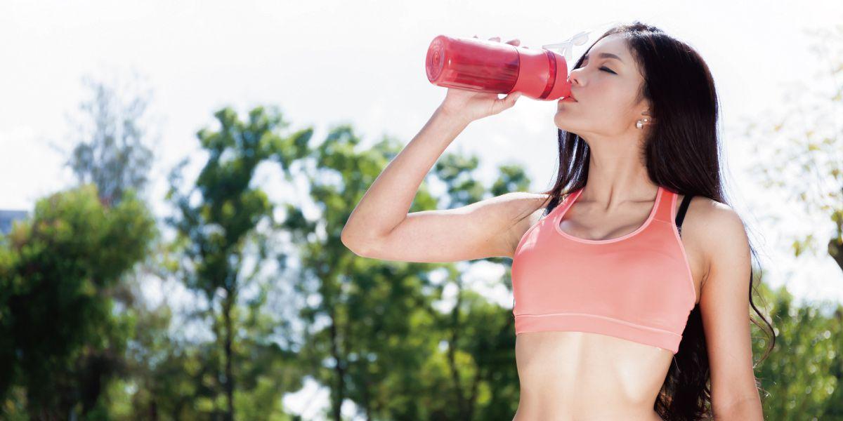 プロテインを飲んでいる女性の画像