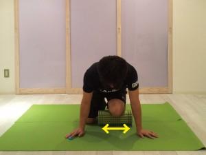 前脛骨筋筋膜リリースする際、ストロークしてから、横にズラすようにマッサージします。