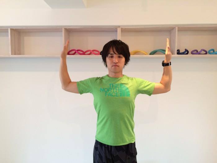 肩こり解消の為のウィンギングで肘を降ろした時の画像、肘の角度は90度にする。