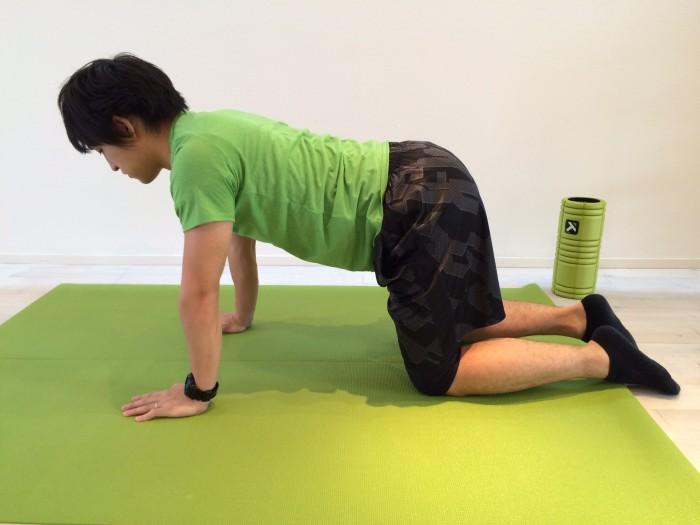 肩こり解消の為の広背筋のストレッチのスタートポジションの画像
