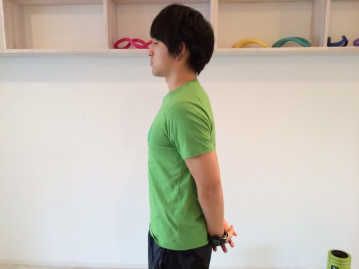 肩こり解消の為の肩甲骨を下げる体操で両手を後ろに組んでいる画像
