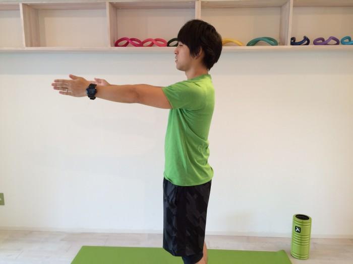 肩こり解消の為の前習え体操のスタートポジション。前習えの姿勢。