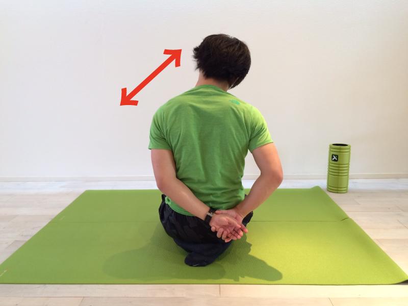 肩こり解消の為の僧帽筋のストレッチで実際に筋肉を伸ばしている画像