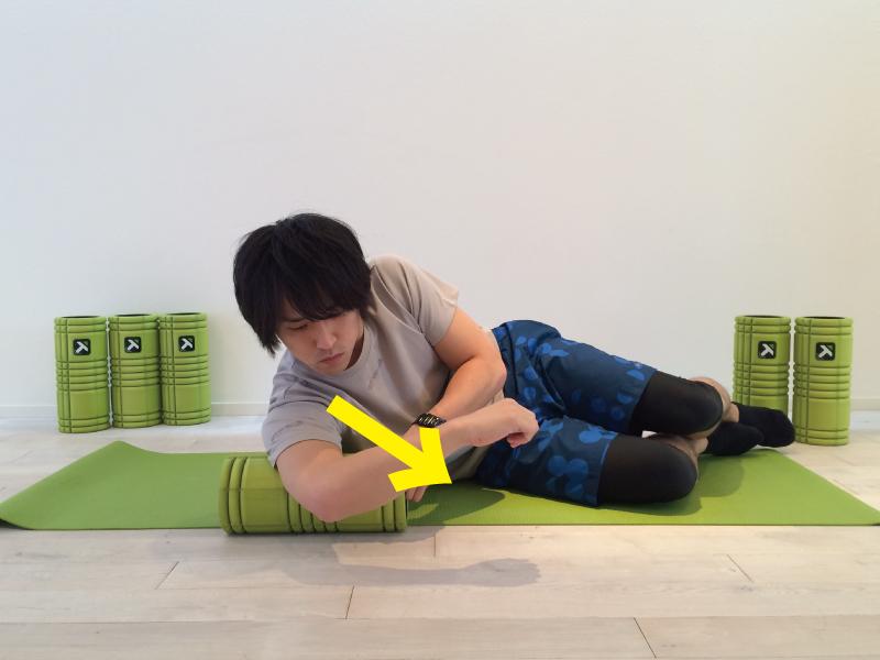 上腕三頭筋の筋膜リリースを行なう時左右に圧をかける。実際に圧をかけている画像。
