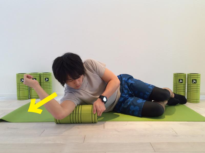 上腕三頭筋の筋膜リリースを行なう時左右に圧をかける。先ほどとは反対側に圧をかけている画像。