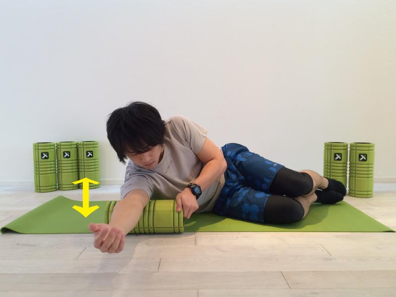 上腕三頭筋の筋膜リリースを行なう時、フォームローラーでストロークを行なう。ストロークをしている画像。