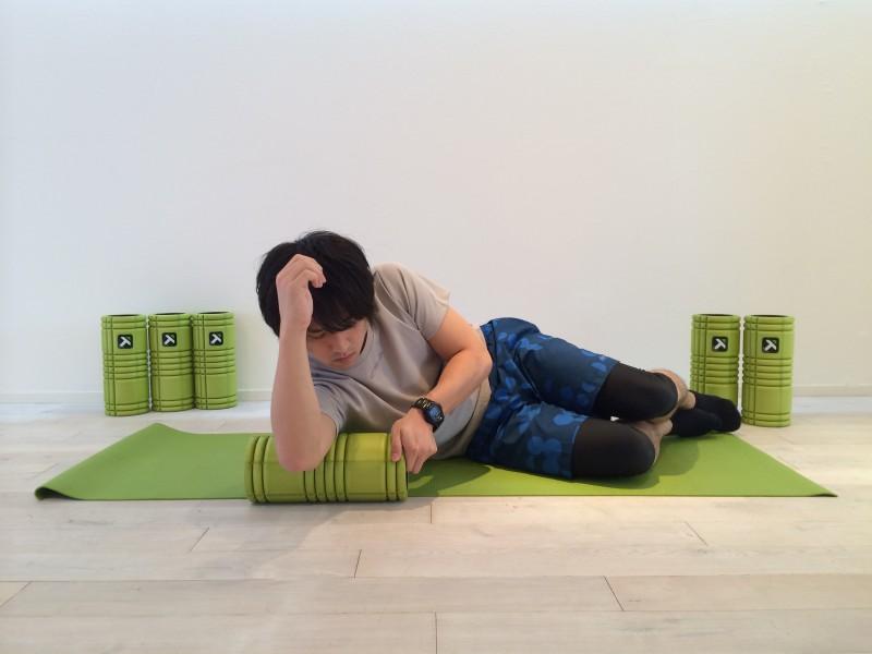 上腕三頭筋の筋膜リリースを行なう時、ストロークした後左右に圧をかける動きをする。その時のスタートポジションの画像。