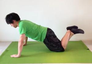膝付きプッシュアップのスタートポジション