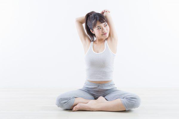腰痛のストレッチをしている女性の画像