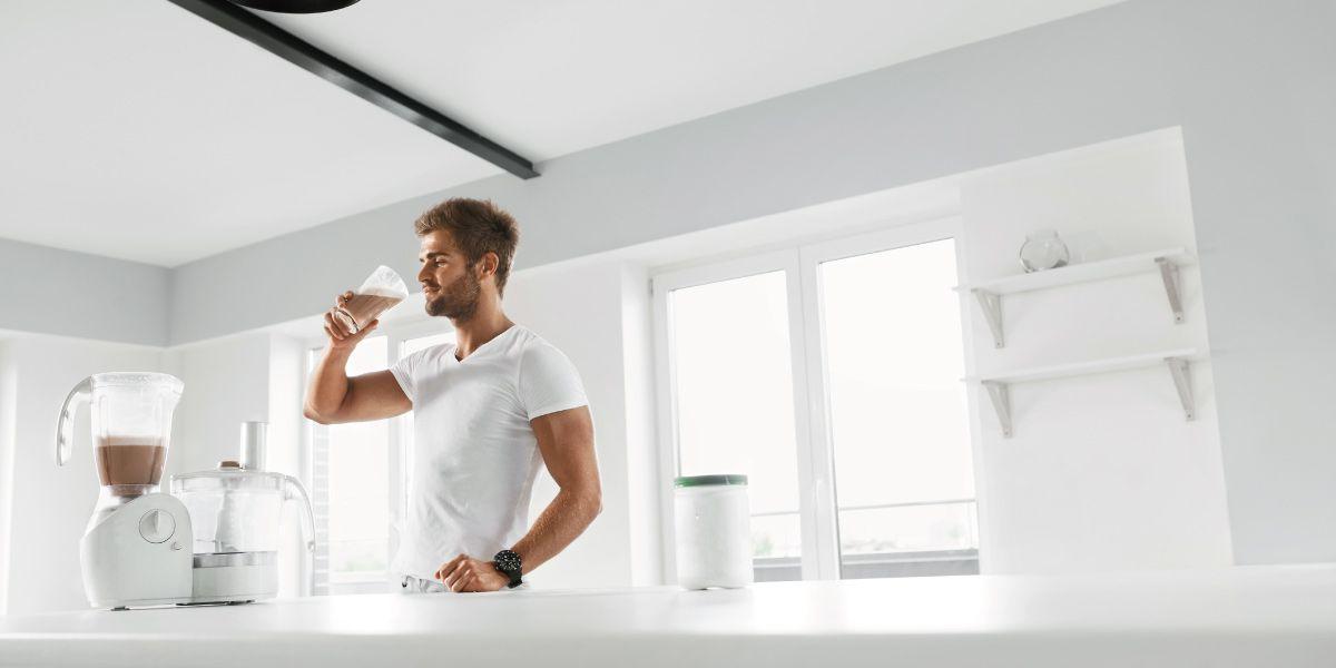 男性がサプリメントを摂取している画像