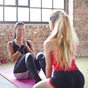 女性がパーソナルトレーニングを受けている画像