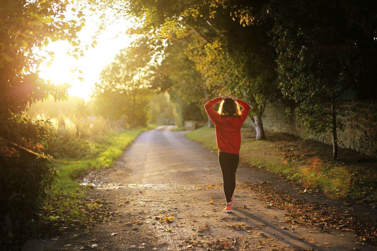 女性が運動をしている画像